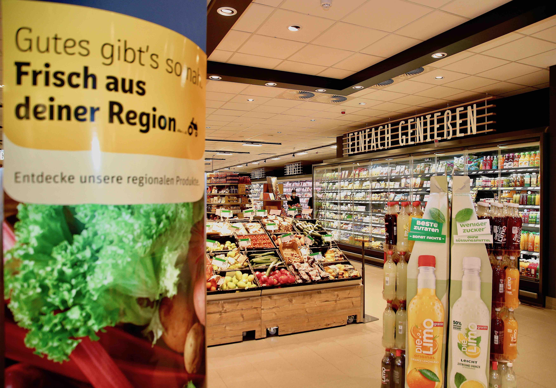 Modern zeigt sich der renovierte Supermarkt REWE Conrad Hilden